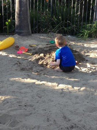 The Dana on Mission Bay: Sandpit area for kids, behind island bar in tropical pool area. Awesome!